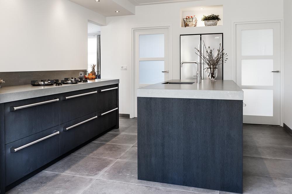 Stoere Keuken Grey : Stoere keuken met betonlook blad u royaal maatwerk keukens