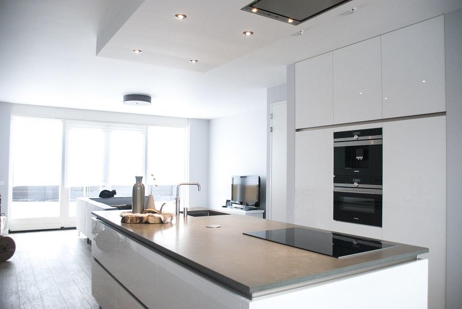 Wit hoogglans keuken greeploos